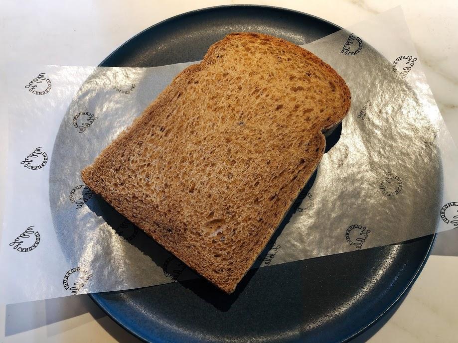 ランダバウトテーブル-朝食-ライ麦パン