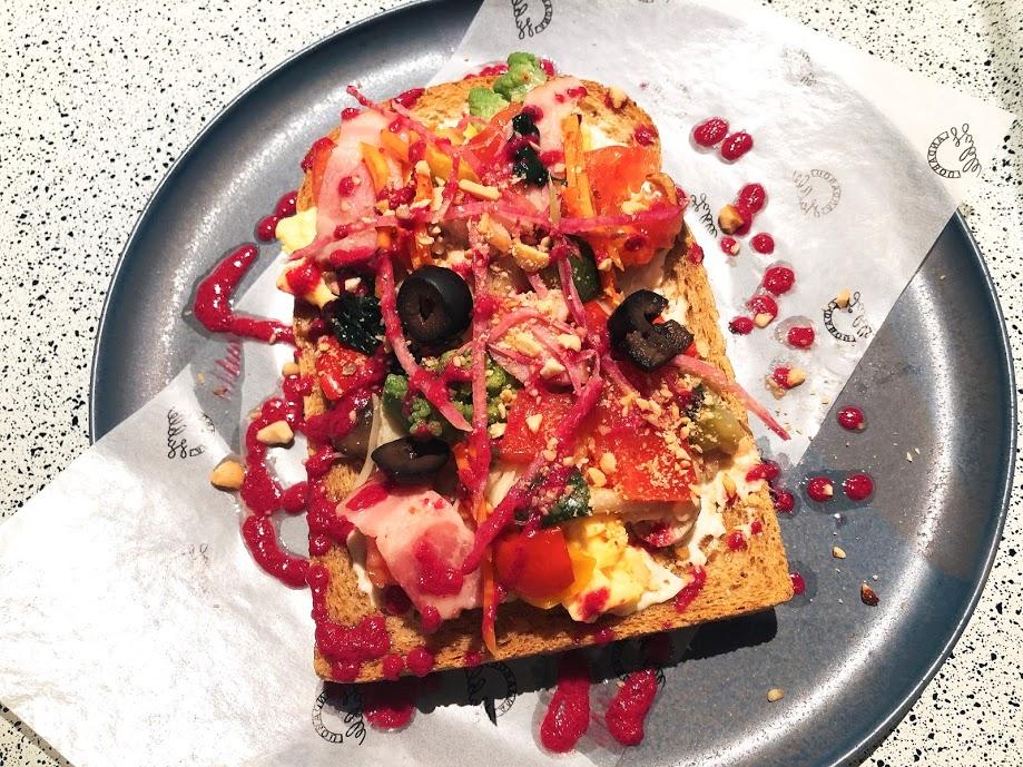 ランダバウトテーブル-朝食-オープンサンド